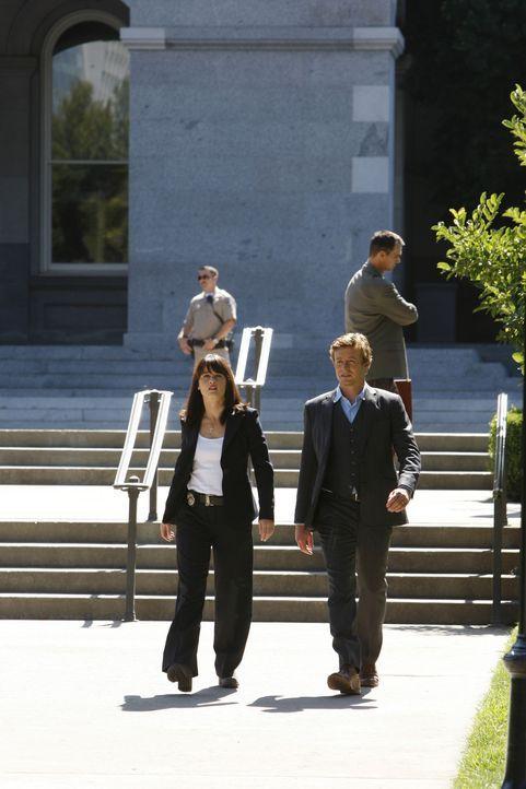 Kristin Marley, die im Büro der Senatorin Melinda Batson gearbeitet hat, wird tot aufgefunden. Patrick Jane (Simon Baker, r.) und Teresa Lisbon (Ro... - Bildquelle: Warner Bros. Television