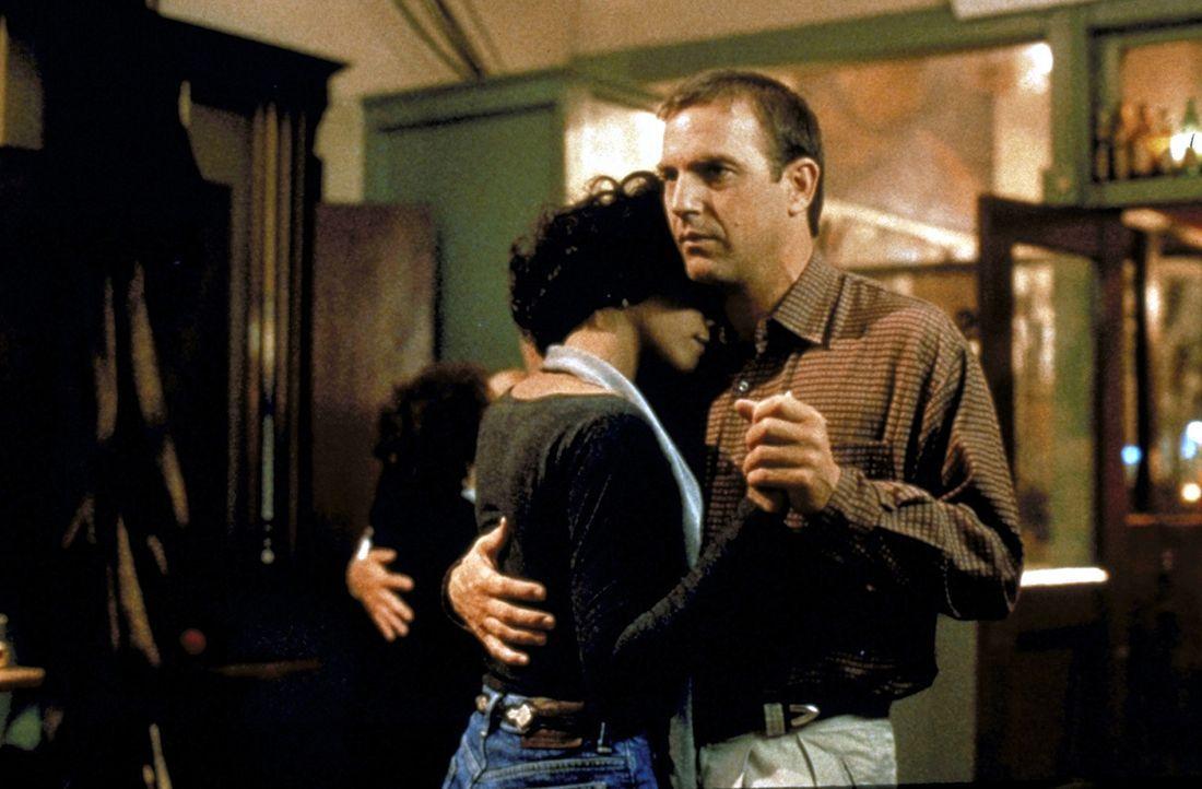 Nach anfänglichen Missverständnissen entwickeln sich schon bald tiefere Gefühle zwischen dem Star Rachel Marron (Whitney Houston, l.) und ihrem L... - Bildquelle: Warner Bros.