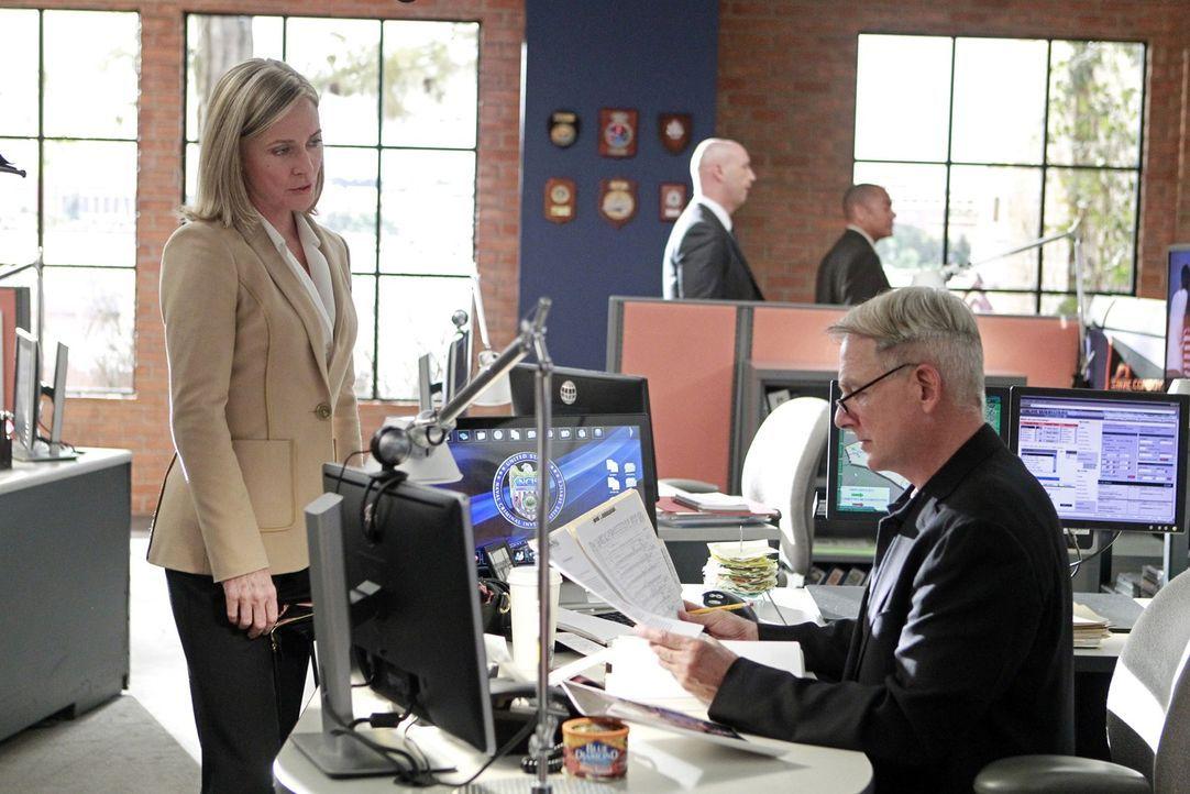 Ein Navy Lieutenant ist ermordet worden. Gibbs (Mark Harmon, r.) ermittelt, doch kann ihm Army Lt. Col. Hollis Mann (Susanna Thompson, l.) weiterhel... - Bildquelle: CBS Television