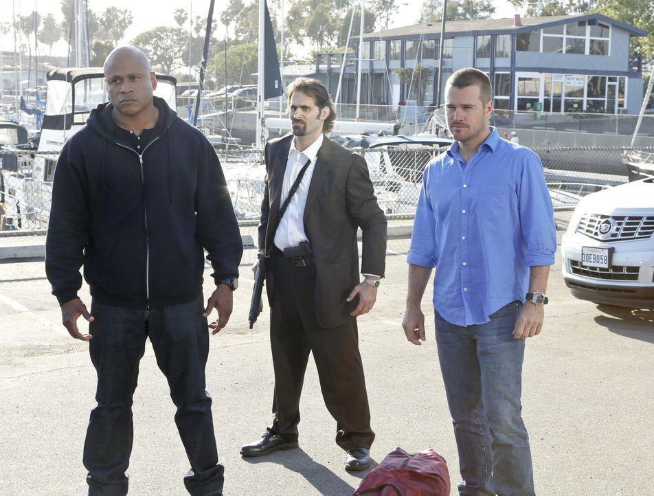 Mit ihnen sollte man sich lieber nicht anlegen: Sam (LL Cool J, l.) und Callen (Chris O'Donnell, r.) mit einem Wachmann ... - Bildquelle: CBS Studios Inc. All Rights Reserved.