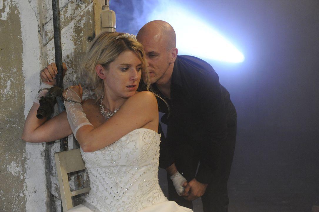 Alptraum: Anna (Jeanette Biedermann, l.) und Jonas wurden von Gerrit (Lars Löllmannn, r.) am Tag ihrer Hochzeit entführt ... - Bildquelle: SAT.1