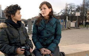 Julia (Janina Flieger, r.) und Max (Miles Lawson, l.)
