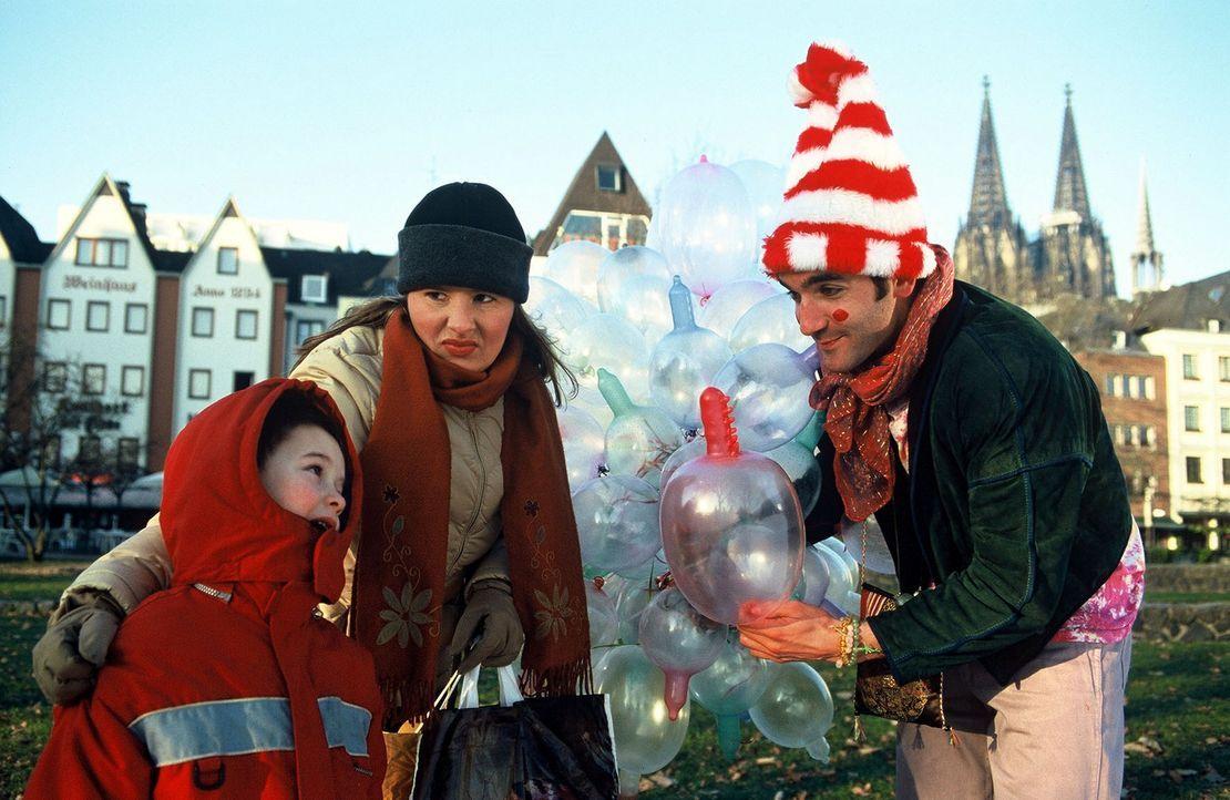 """Ein Luftballonverkäufer (Thomas M. Held, r.) im liberalen Köln hat auch schon einmal ganz spezielle """"Ballons"""" für Nina Vorbrodt (M.) und ihr Kind... - Bildquelle: Sat.1"""