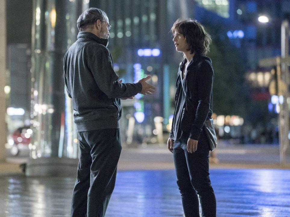 Carrie (Claire Danes, r.) trifft Saul (Mandy Patinkin, l.) und erklärt ihm, dass die Russen seinen Operationsplan durchkreuzt haben und bittet ihn,... - Bildquelle: Stephan Rabold 2015 Showtime Networks, Inc., a CBS Company. All rights reserved.