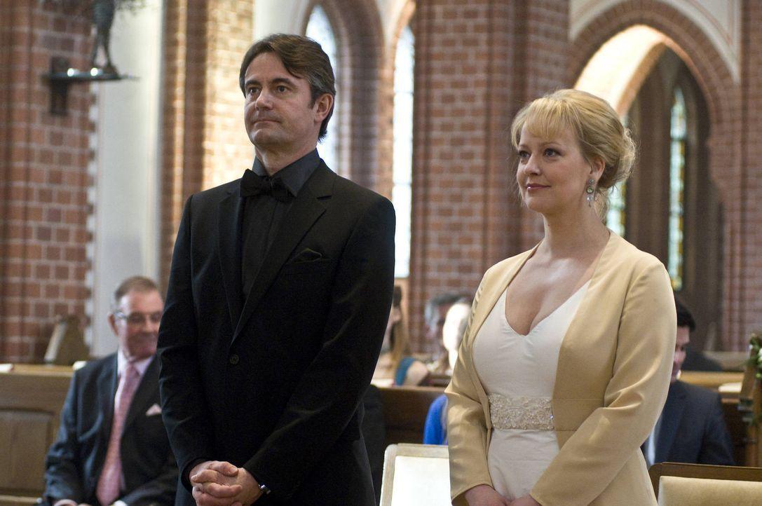 Der große Tag ist da. Roland Meisner (Robert Lohr, l.) und Lisa (Floriane Daniel, r.) wollen heiraten. Doch kaum beginnt die Trauung, da taucht auc... - Bildquelle: SAT.1
