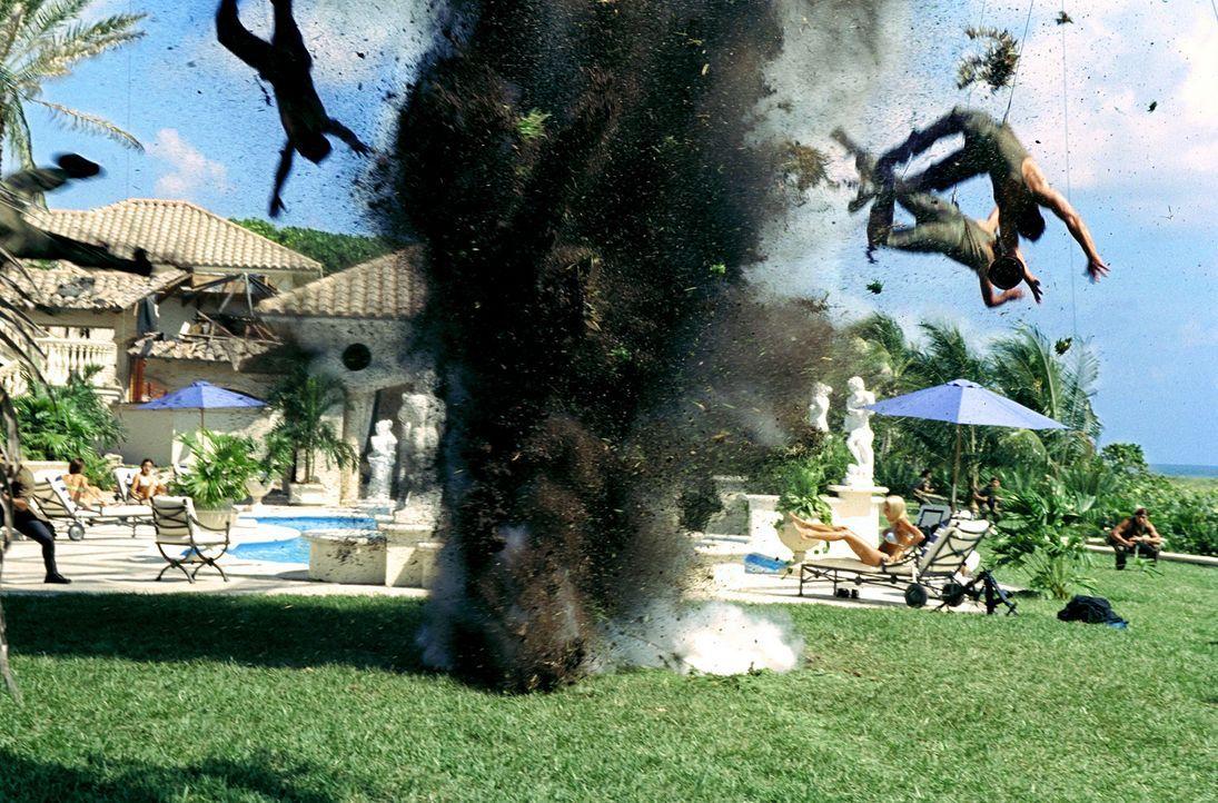Wer sich Marcus Burnett und Mike Lowry in den Weg stellt, dem weht ein heißes Lüftchen um die Nase ... - Bildquelle: 2004 Sony Pictures Television International. All Rights reserved.