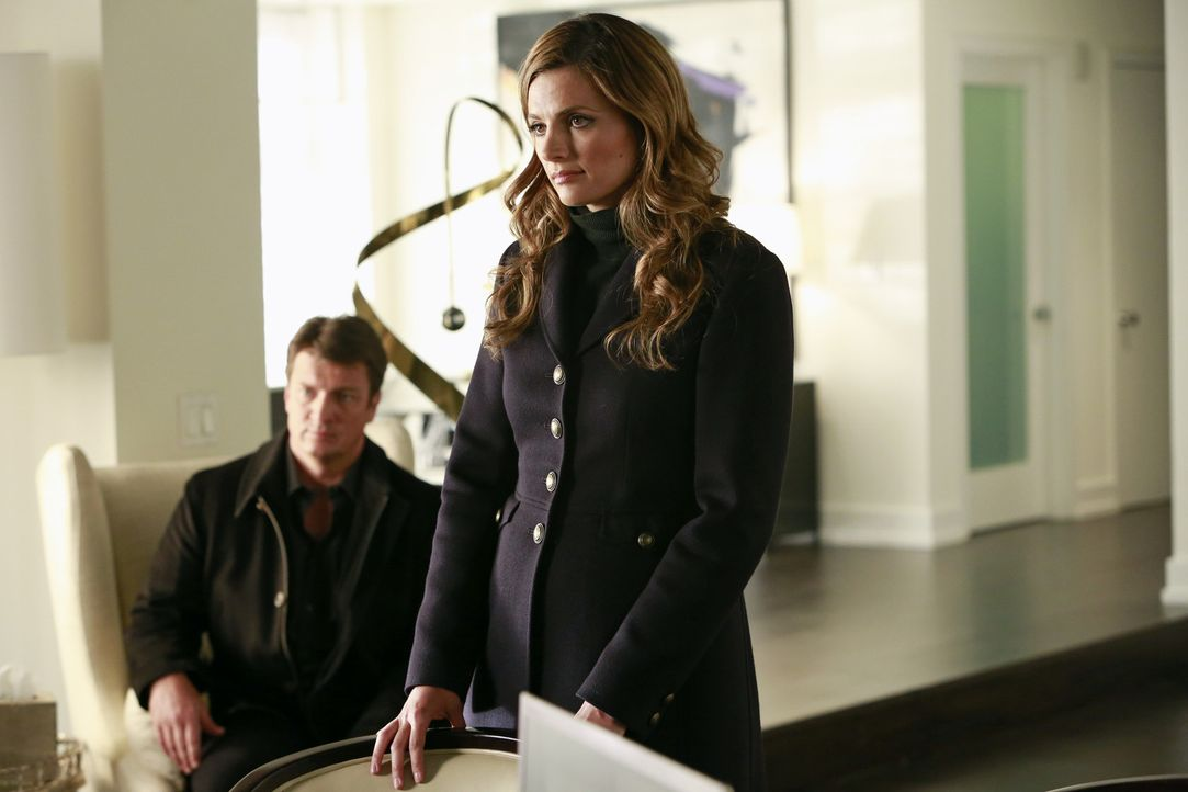 Die Protagonistin einer Realityshow wird an einer Bushaltestelle ermordet. Ein Fall für Richard Castle (Nathan Fillion, l.) und Kate Beckett (Stana... - Bildquelle: 2013 American Broadcasting Companies, Inc. All rights reserved.