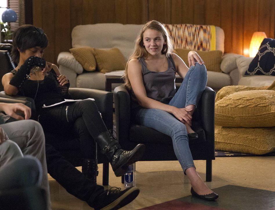 Dana (Morgan Saylor, r.) wird nach einem Suizidversuch aus der Klinik entlassen und muss versuchen, sich wieder in den Familienalltag einzufügen, w... - Bildquelle: 2013 Twentieth Century Fox Film Corporation. All rights reserved.