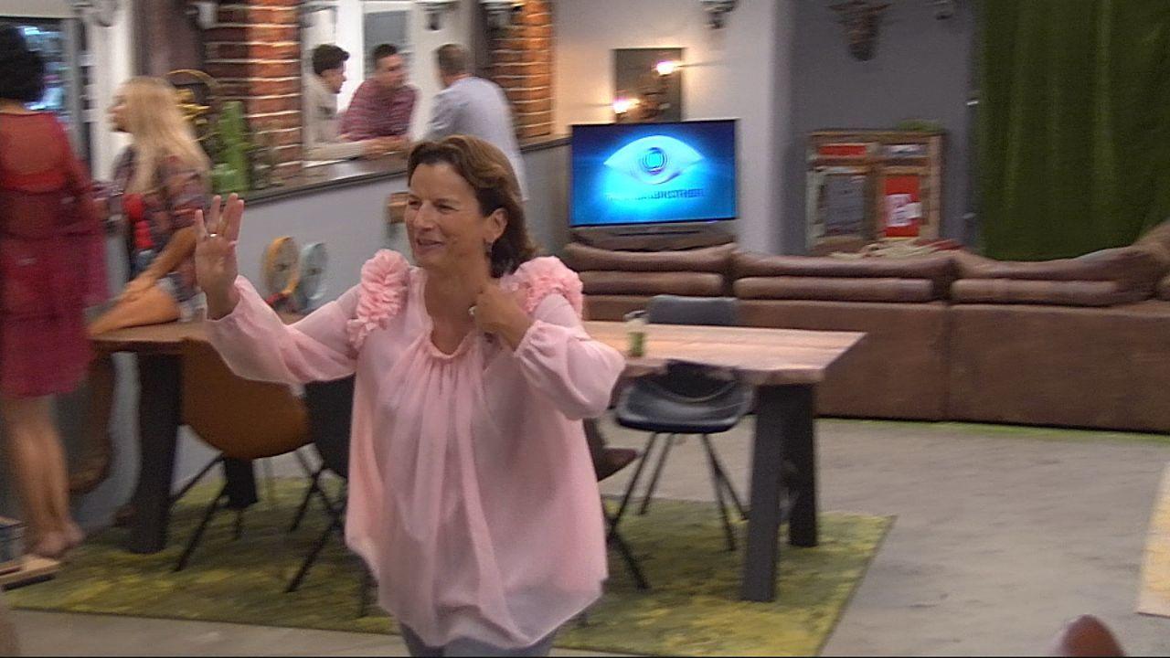 Claudia verabschiedet sich - Bildquelle: SAT.1
