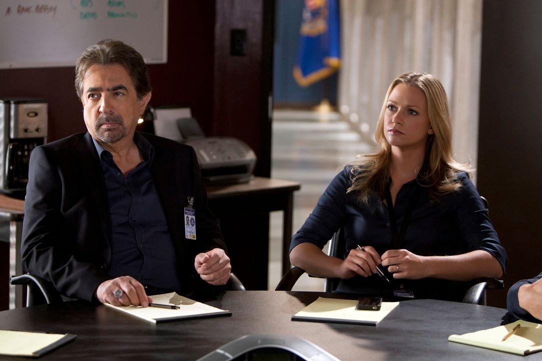 Geben alles, um einen Serienkiller dingfest zu machen: J.J. (A. J. Cook, r.) und Rossi (Joe Mantegna, l.) ... - Bildquelle: ABC Studios