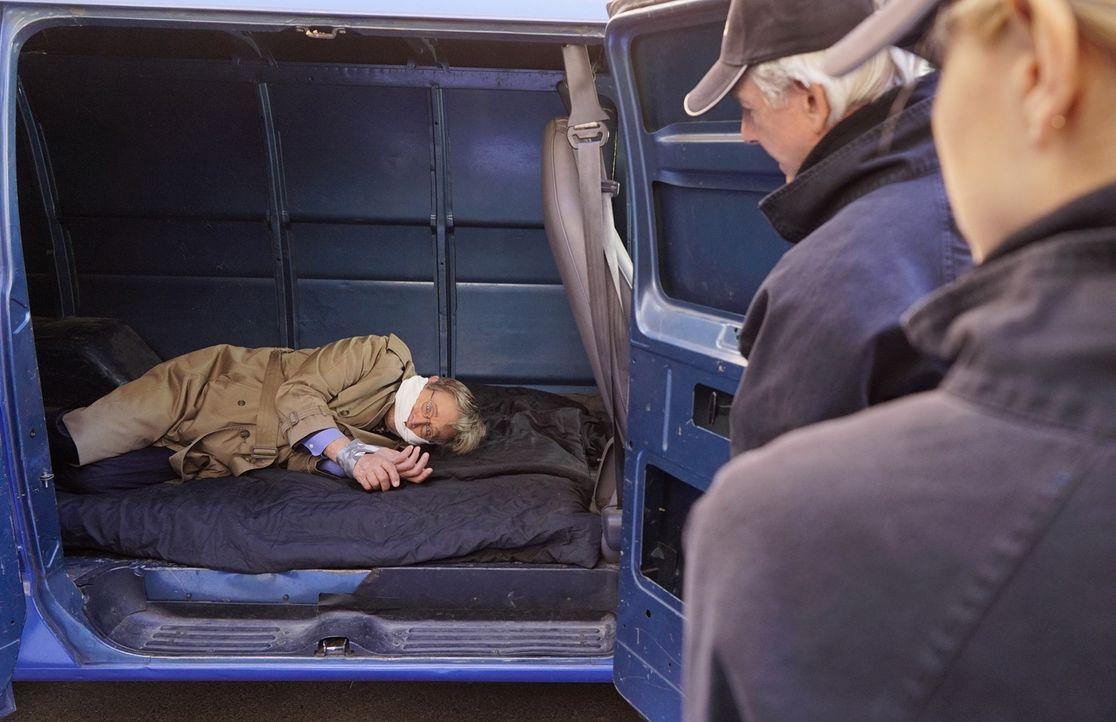 Ducky (David McCallum, l.) wird von einem Mann attackiert, der behauptet, dass er Informationen über dessen Halbbruder, der jedoch vor mehreren Jahr... - Bildquelle: Robert Voets CBS Television