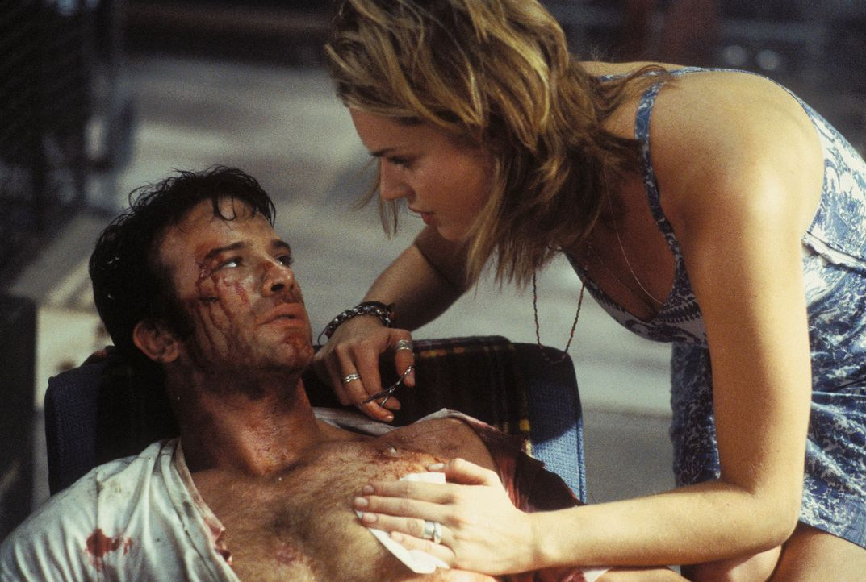 In einem gnadenlosen Kampf wird Frank Castle (Thomas Jane, l.) schwer verletzt. Glücklicherweise hat er eine hilfsbereite Nachbarin (Rebecca Romijn,... - Bildquelle: Sony Pictures Television International. All Rights Reserved.