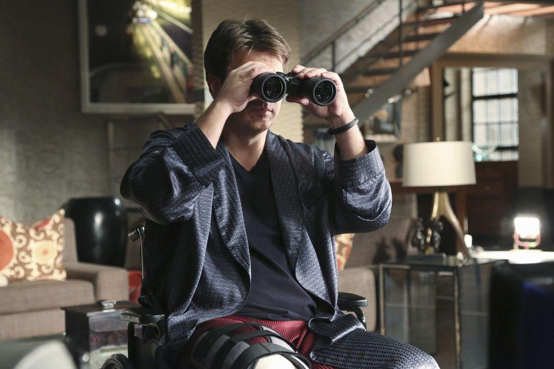 Aus Langeweile greift Castle (Nathan Fillion) zum Fernglas und beobachtet seine Nachbarn. Dabei macht er eine Interessante Entdeckung ... - Bildquelle: ABC Studios