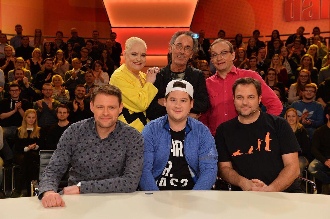 """Hugo Egon Balder (hinten M.) stellt in der neuen Ausgabe der Kult-Comedyshow """"Genial daneben"""" sein Rate-Team vor harte Aufgaben: Hella von Sinnen (h... - Bildquelle: Willi Weber SAT.1"""