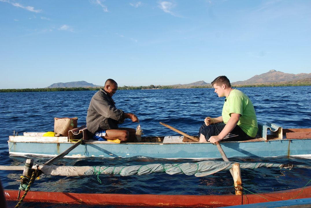 Laurant (l.) zeigt dem 15-jährigen Fabian (r.) wie man einen Fisch angelt. - Bildquelle: kabel eins