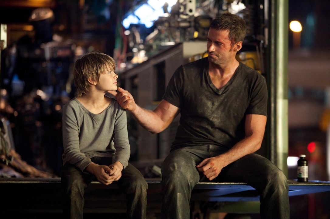 Nachdem Charlie (Hugh Jackman, r.) und Max (Dakota Goyo, l.) von Charlies Gläubigern verprügelt werden und all das gewonnene Preisgeld diesen übe... - Bildquelle: Greg Williams, Melissa Moseley DREAMWORKS STUDIOS.  All rights reserved