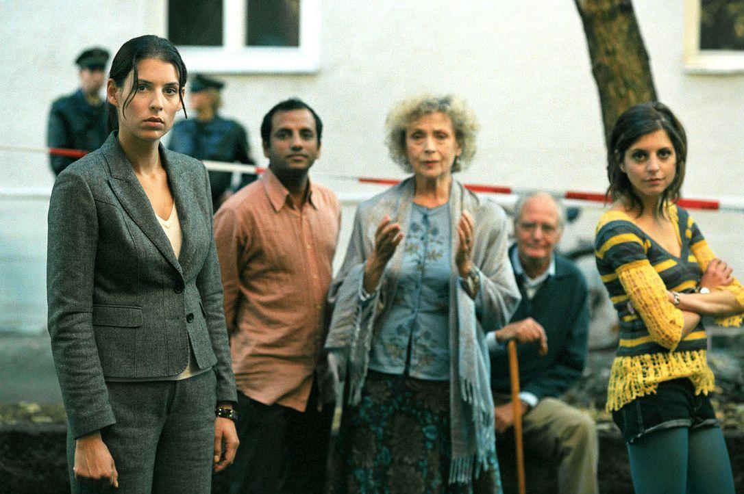 Nina (Elena Uhlig, l.) kann es nicht glauben, aber alle Hausbewohner (v.l.n.r.: Prashant Prabhakar, Ilse Neubauer, Günther Stöckl, Hannah Fuchs) k... - Bildquelle: SAT.1