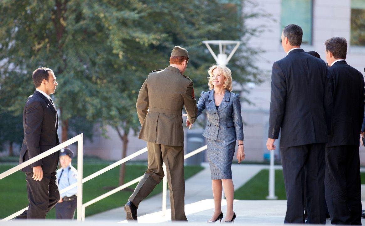 Noch tauscht Sergeant Brody (Damian Lewis, 2. v. l.) förmlich Nettigkeiten mit der Beraterin des Vizepräsidenten, Elizabeth Gaines (Linda Purl, M.... - Bildquelle: 20th Century Fox International Television