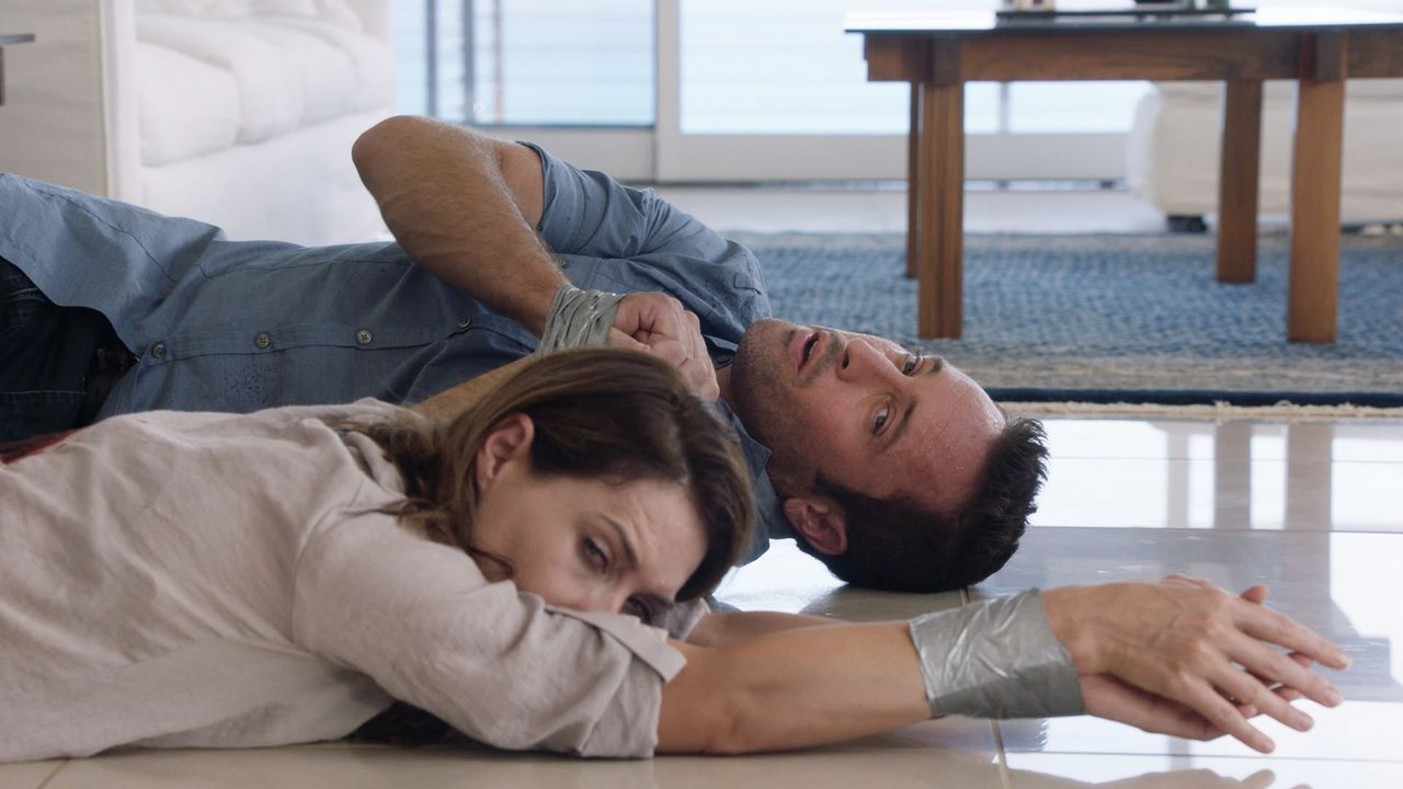 Auf der Suche nach dem Schachfiguren-Serienkiller werden sie selbst zum Opfer: Steve (Alex O'Loughlin, r.) und Alicia (Claire Forlani, l.) ... - Bildquelle: Norman Shapiro 2016 CBS Broadcasting, Inc. All Rights Reserved