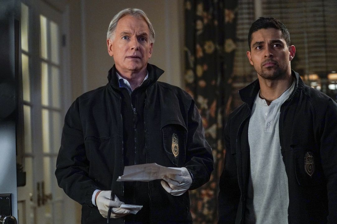 Leroy Jethro Gibbs (Mark Harmon, l.); Nick Torres (Wilmer Valderrama, r.) - Bildquelle: Cliff Lipson 2018 CBS Broadcasting, Inc. All Rights Reserved/Cliff Lipson