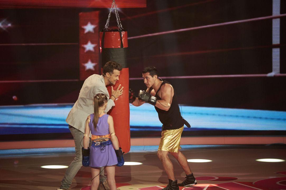 Die 9 Jahre alte Boxerin, Evnika Sadvakassova (l.) aus Kasachstan möchte die Jury von sich überzeugen. Doch wird es ihr gelingen? Bei Moderator Wayn... - Bildquelle: Stefan Hobmaier SAT.1