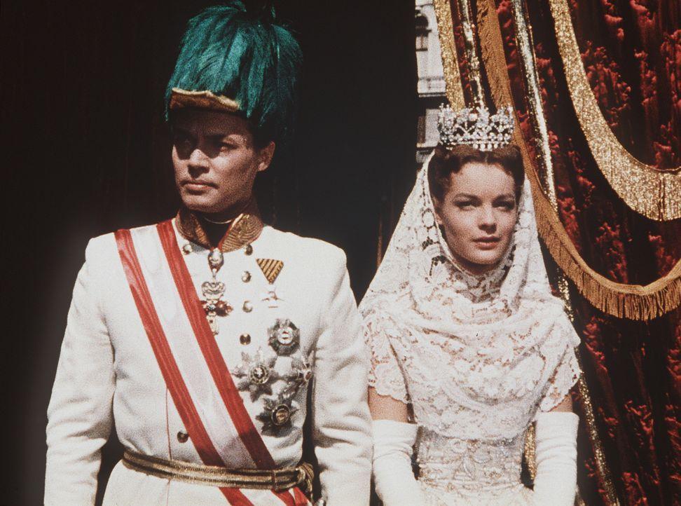 Für das junge Kaiserpaar Franz-Joseph (Karlheinz Böhm, l.) und Sissi (Romy Schneider, r.) ist es nicht leicht, ihre Liebe unter dem Druck der Staats... - Bildquelle: UFA-Filmverleih