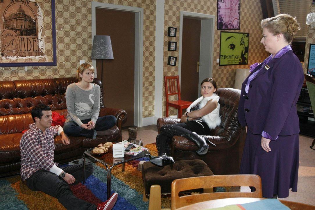 Bilge (Olgu Caglar, l.), Jessica (Isabell Ege, 2.v.l.) und Chris (Sophie Thomalla, 2.v.r.) genießen ihren Feierabend, als plötzlich Paula (Regine... - Bildquelle: SAT.1