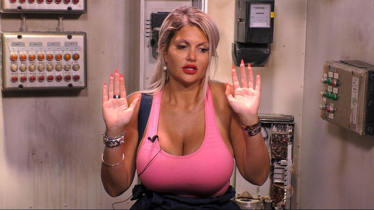 Sophia Vegas hebt entsetzt die Hände - Bildquelle: SAT.1