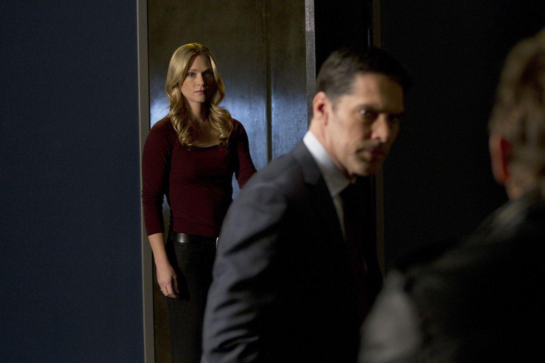 Das Team kommt dahinter, dass Prentiss aka Lauren Reynolds undercover an Ian Doyle dran war. Hotch (Thomas Gibson, M.) holt JJ (A.J. Cook, l.) dazu,... - Bildquelle: ABC Studios