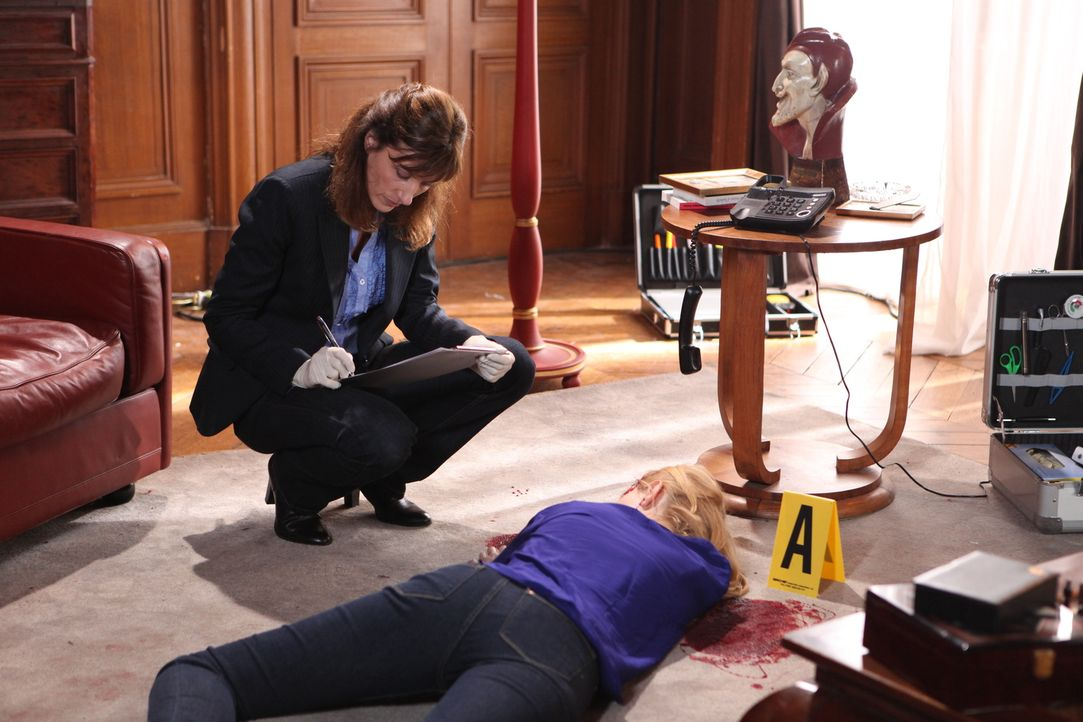 Die Gerichtsmedizinerin (Valérie Dashwood, l.) erkennt schnell, dass das Opfer Camille Janvier (Darstellerin unbekannt)  zu Tode geprügelt wurde ... - Bildquelle: Xavier Cantat 2011 BEAUBOURG AUDIOVISUEL