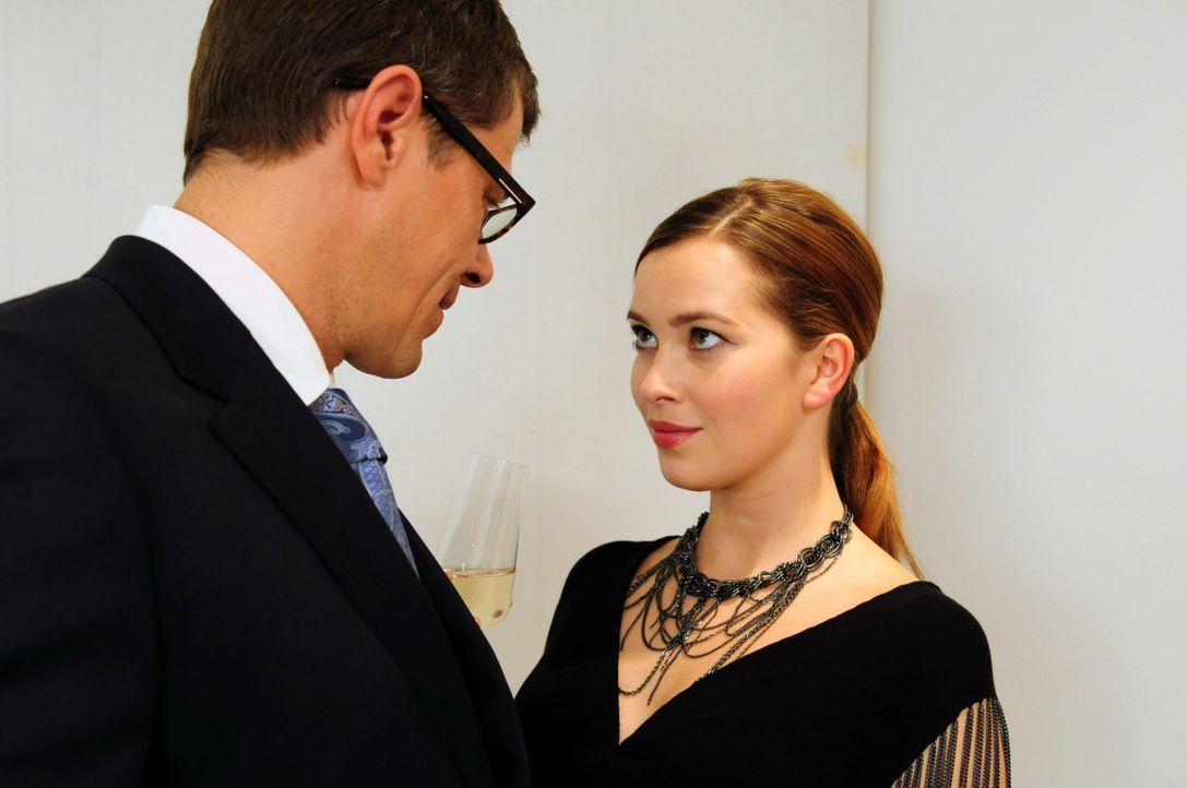 Niemand ahnt, dass der Bauunternehmer Robert Günther (Sven Martinek, l.) einen infamen Deal mit Maren van Stetten (Laura Osswald, r.) geschlossen h... - Bildquelle: SAT.1