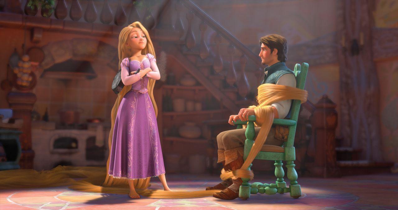 Rapunzel (l.) lässt sich Nichts so einfach gefallen und bietet dem Eindringling in ihren Turm tapfer die Stirn. Doch als sie merkt, dass Flynn (r.)... - Bildquelle: Disney.  All rights reserved