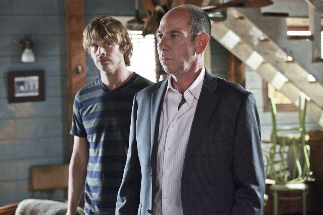 Während Owen Granger (Miguel Ferrer, r.) fest davon überzeugt ist, dass Kensi in einen Mordfall, der mit der Scharfschützeneinheit ihres verstorb... - Bildquelle: CBS Studios Inc. All Rights Reserved.