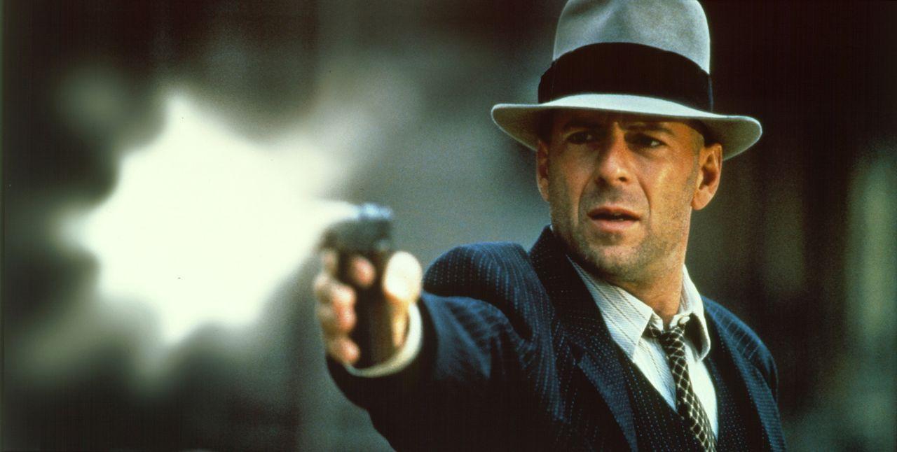 Als Fremder in der Stadt spielt John Smith (Bruce Willis) die zwei Verbrecher-Organisationen zuerst geschickt gegeneinander aus. Doch dann gerät er... - Bildquelle: New Line Cinema