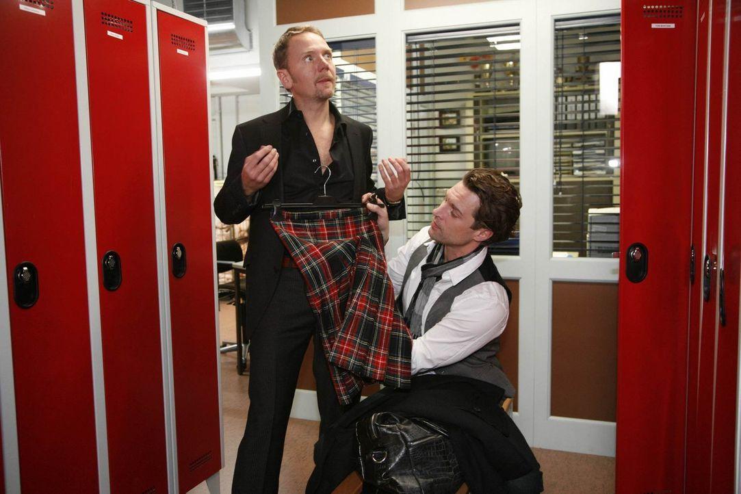 Carlo (Mathias Kahler-Polagnoli, l.) befürchtet, dass Toni (Ron Holzschuh, r.) ihm Mrs. Hutton nicht ohne Eigennutz zugewiesen hat ... - Bildquelle: SAT.1