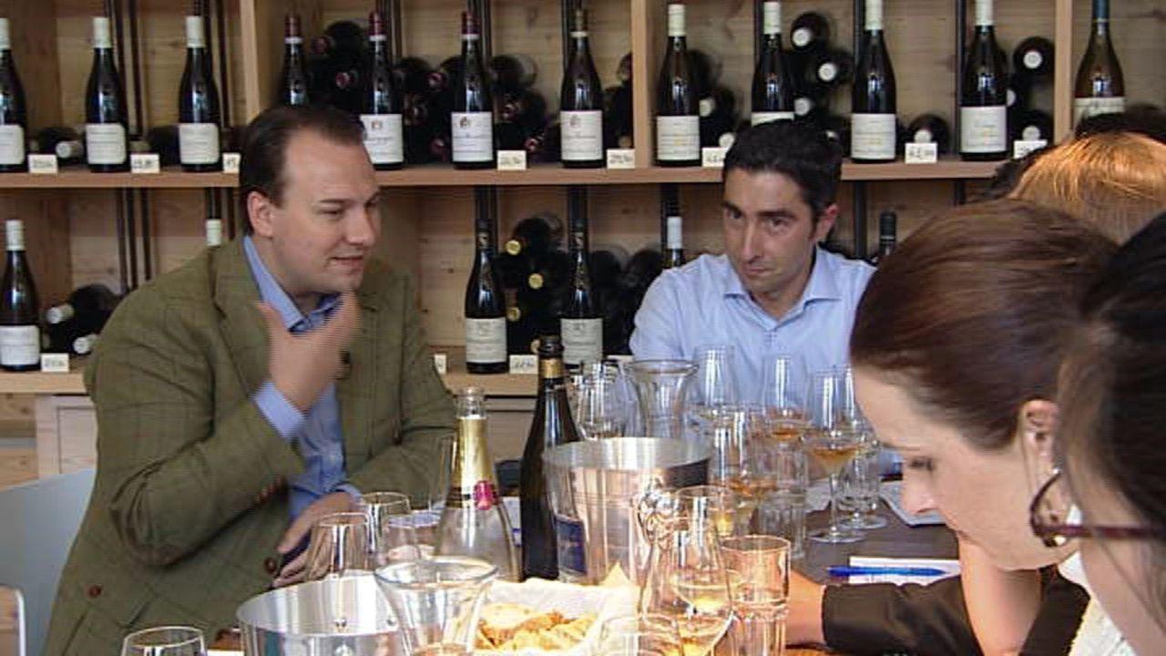 Tim Raue (l.) eröffnet ein neues Restaurant: Gemeinsam mit seinem Team verkostet er Wein dafür ... - Bildquelle: SAT.1