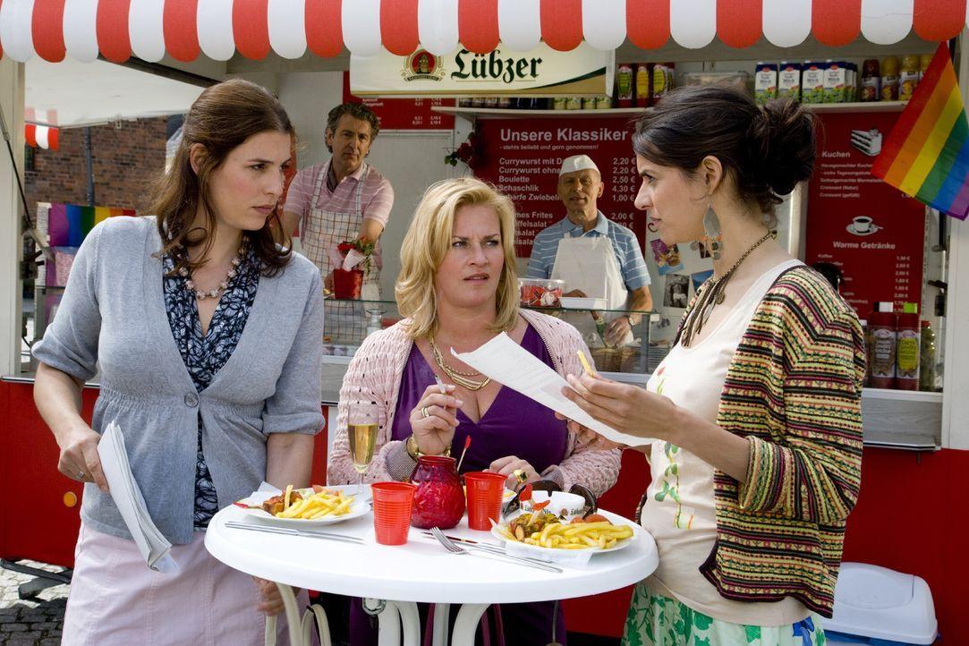 Noch ahnen Julia (Elena Uhlig, l.), Birgit (Petra Kleinert, l.) und Yvonne (Liane Forestieri, r.) nicht, dass sie schon bald in einen Sexstreik tret... - Bildquelle: SAT.1