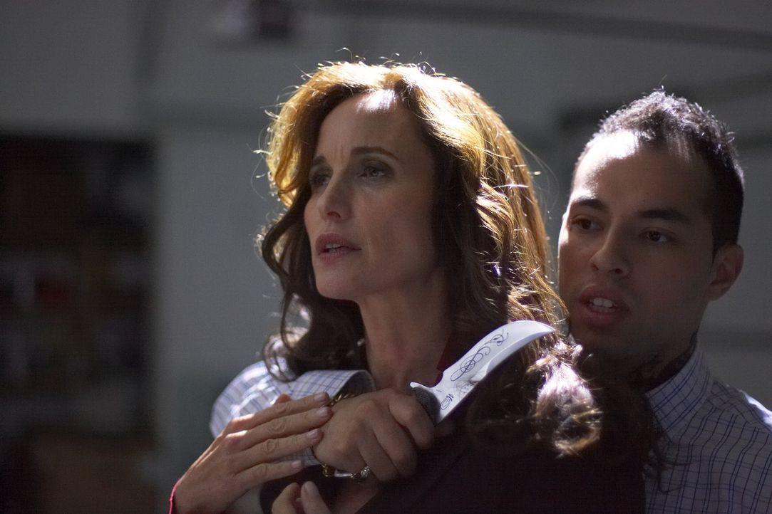 Als die ehrgeizige Staatsanwältin Monique Lamont (Andie MacDowell, l.) einen 20 Jahre zurückliegenden Mordfall neu aufrollt, gerät sie selbst ins Vi... - Bildquelle: ONCE UPON A TIME FILMS, LTD. ALL RIGHTS RESERVED.