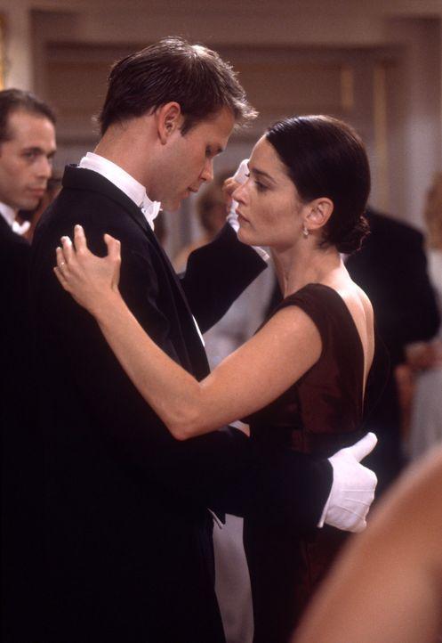 Ahnen noch nicht, dass Harrison einen Pakt mit dem Teufel eingegangen ist: Harrison (Matthew Davis, l.) und seine Frau Wynn (Robin Tunney, r.) .... - Bildquelle: Nu Image Films