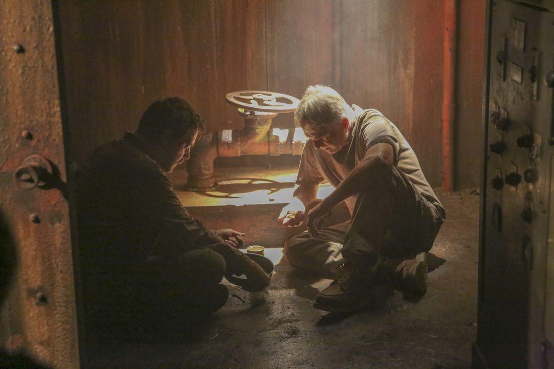 Nach einer Befreiungsaktion im Dschungel von Paraguay werden McGee (Sean Murray, l.) und Gibbs (Mark Harmon, r.) vom Rebellenanführer entführt und a... - Bildquelle: Monty Brinton 2017 CBS Broadcasting, Inc. All Rights Reserved.