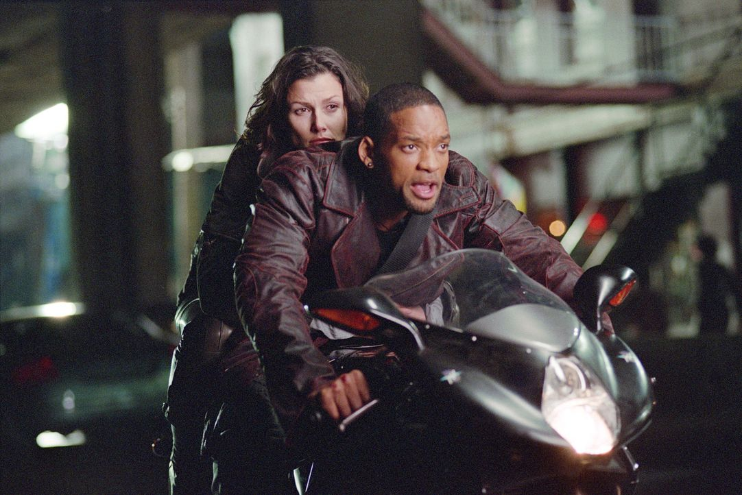 Als ein erfolgreicher Wissenschaftler tot aufgefunden wird, steht für Detective Spooner (Will Smith, r.) sofort fest, dass nur ein Roboter diesen um... - Bildquelle: 2004 Twentieth Century Fox Film Corporation. All rights reserved.