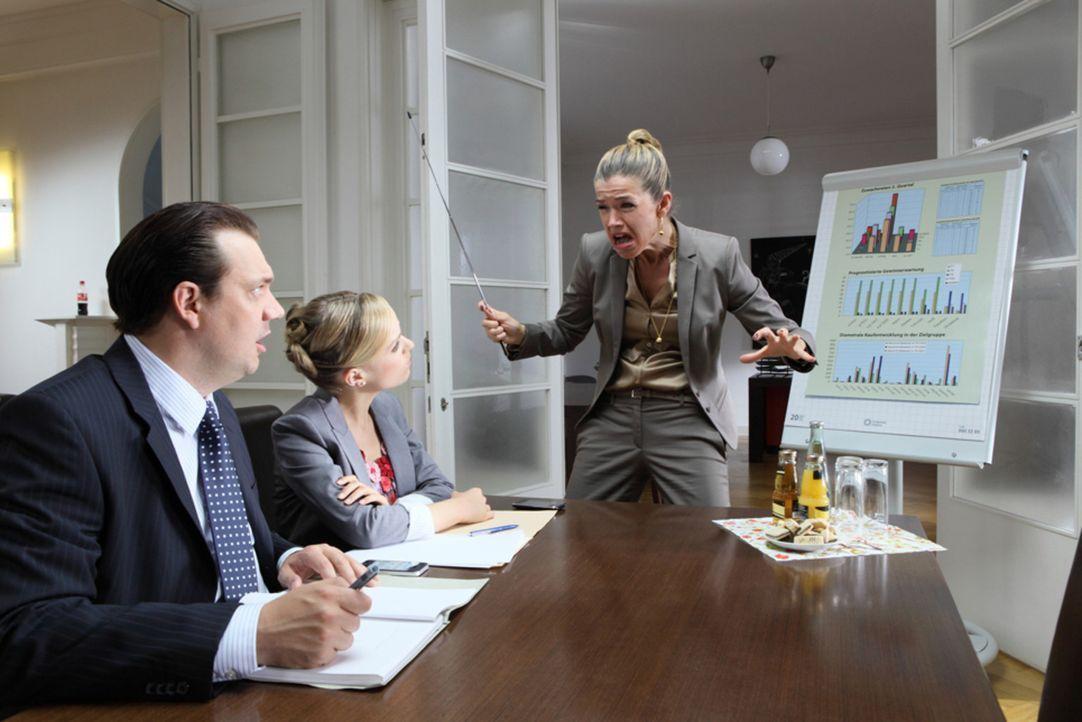 Frau Steffan (Anke Engelke, r.) präsentiert den Kollegen Frau Lenz  (Friederike Kempter, M.) und Herrn Kopp (Charly Hübner, l.) die Firmenbilanz u... - Bildquelle: Guido Engels SAT.1