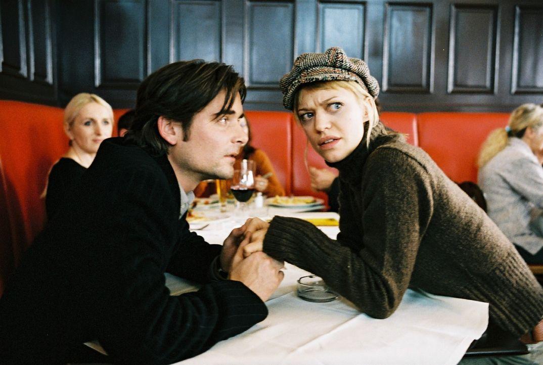 Alex (Patrick Rapold, l.) und Eva (Heike Makatsch, r.) fühlen sich beobachtet und müssen wider Willen ganz verliebt tun. - Bildquelle: Stefan Haring Sat.1