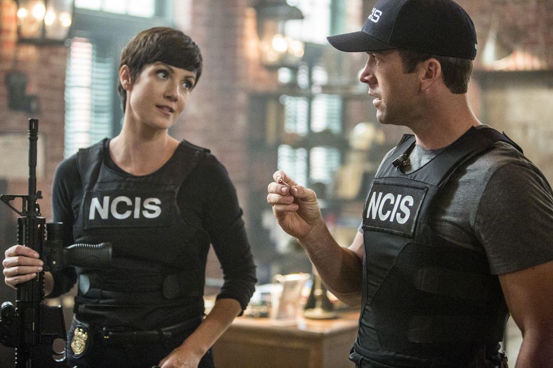 Für Lasalle (Lucas Black, r.) und Brody (Zoe McLellan, l.) beginnt ein Wettlauf mit der Zeit, als ein Terroranschlag auf ein Atomkraftwerk geplant i... - Bildquelle: Skip Bolen 2015 CBS Broadcasting, Inc. All Rights Reserved