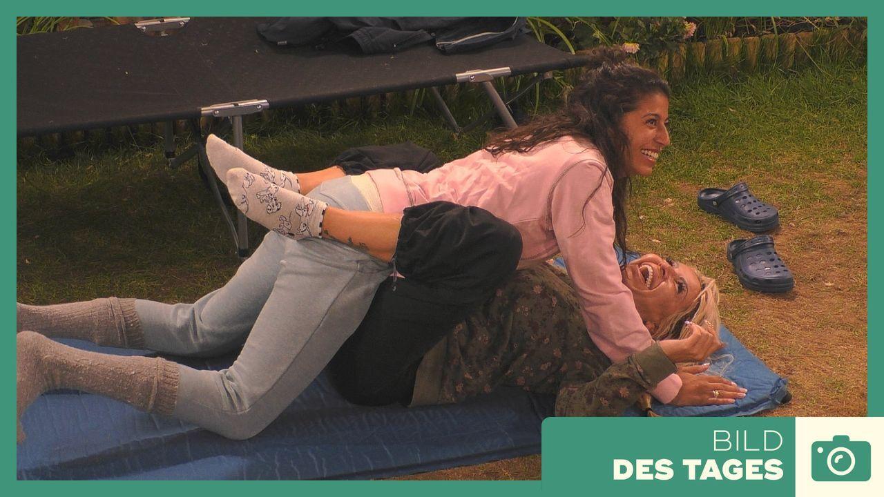 """""""Promi Big Brother"""" 2019: Eva und Ginger probieren Stellungen - Tag 3 - Bildquelle: SAT.1"""