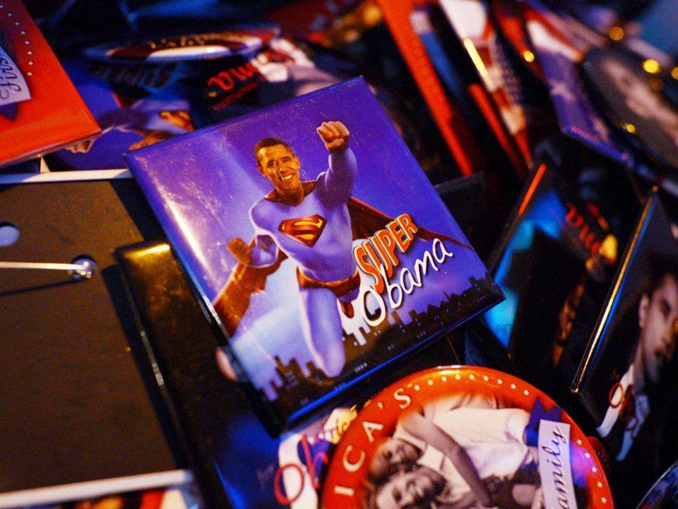 """Sticker, unter anderem mit """"Super-Obama"""", werden am 07.11.2012 in New York (USA) zum Verkauf angeboten.  - Bildquelle: Verwendung weltweit, usage worldwide"""