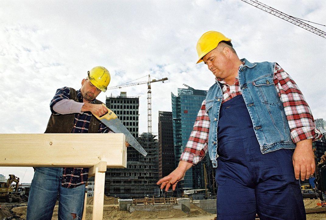 """Markus Maria Profitlich (r.) und Johannes Langemann (l.) in dem Sketch """"Auf der Baustelle"""" - Bildquelle: Sat.1"""