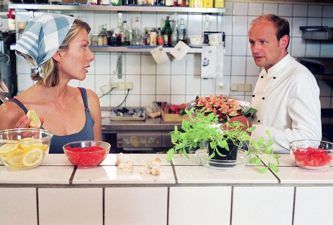 Schon nach kurzer Zeit fangen Simone (Ursula Karven, l.) und Stefan (Oliver Stokowski, r.) an zu streiten - wie früher. - Bildquelle: Sat.1