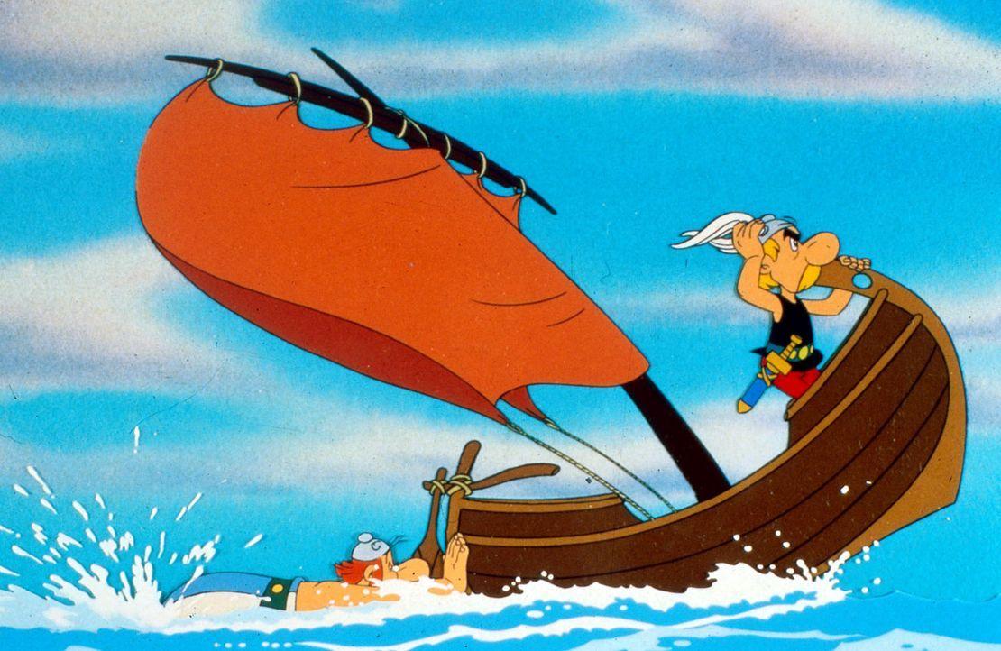 Obelix (l.) betätigt sich als Außenbordmotor, während Asterix (r.) den  Kurs vorgibt - nach Amerika. Sie verfolgen Miraculix, der von den Römern ent... - Bildquelle: Jugendfilm-Verleih GmbH