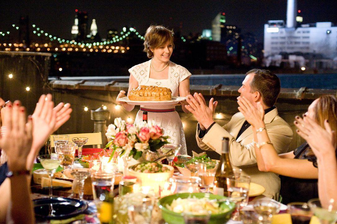 Julie Powell (Amy Adams, stehend) ist ganz schön frustriert, weil ihr 30. Geburtstag direkt bevorsteht. Auf der Suche einer neuen Aufgabe entdeckt... - Bildquelle: 2009 Columbia Pictures Industries, Inc. All Rights Reserved.